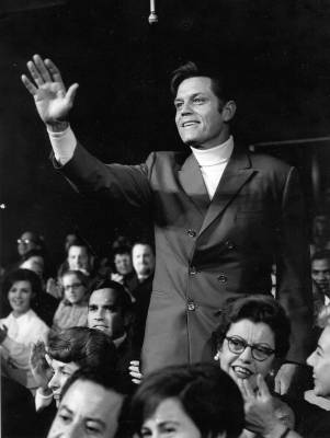 Jack Lord waving. This si actually from The Ed Sullivan Show but it was included in the file with the premiere pics.